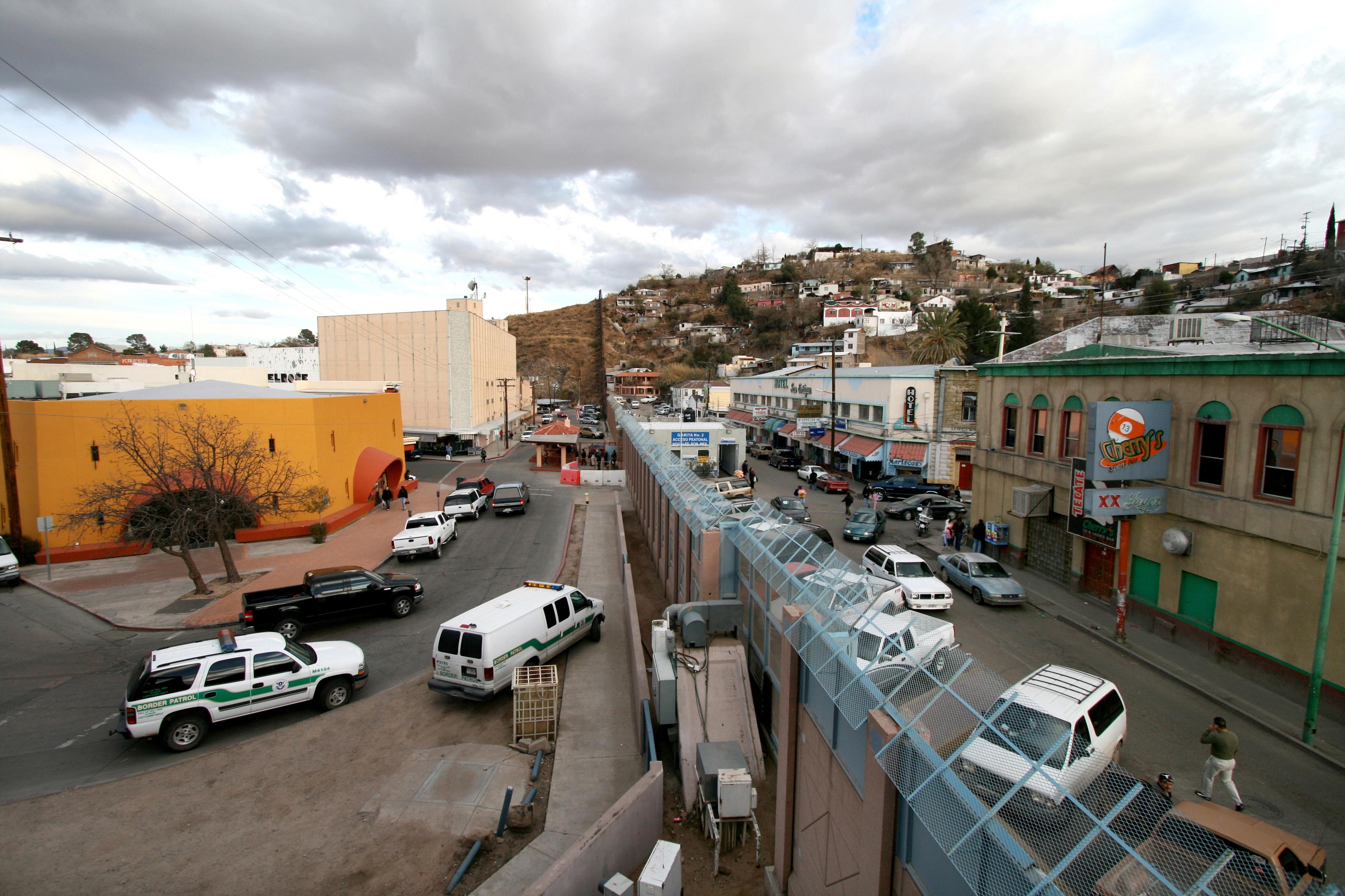 Mexican-American_border_at_Nogales (1)